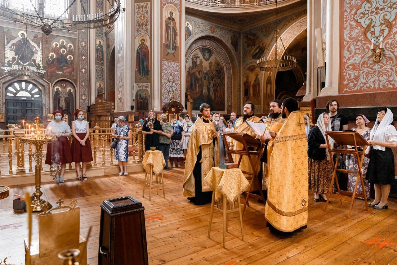 Духовенство и прихожане храма молились у мощей святого князя Александра Невского